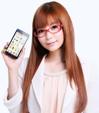 赤いふちのメガネにストレートヘアの知的な中川翔子