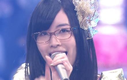 メガネをかけた松井珠理奈さん